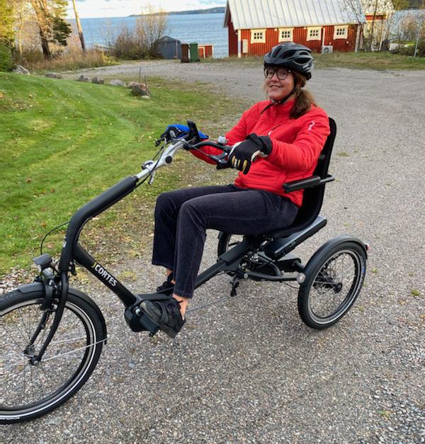 Anna Holmlund på sin cykel Cortes från Trident